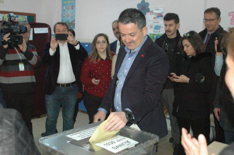 Tarım ve Orman Bakanı Bekir Pakdemirli, Sofuoğlu İlkokulu'nda oyunu kullandı