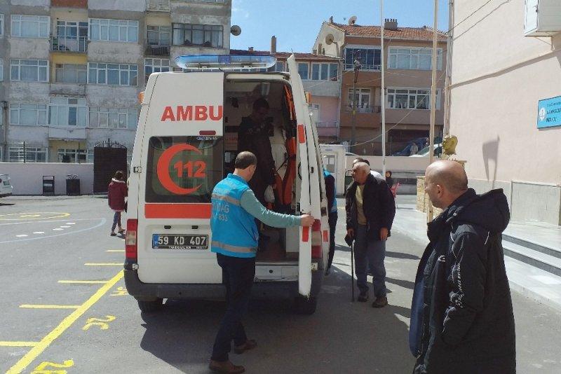 Hastalar sandıklara ambulansla taşınıyor