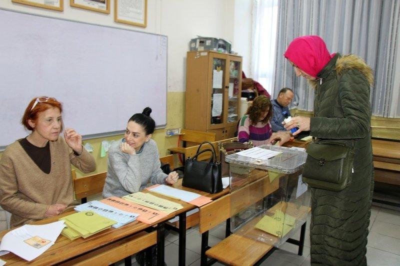 Yalova'da oy kullanma işlemi başladı