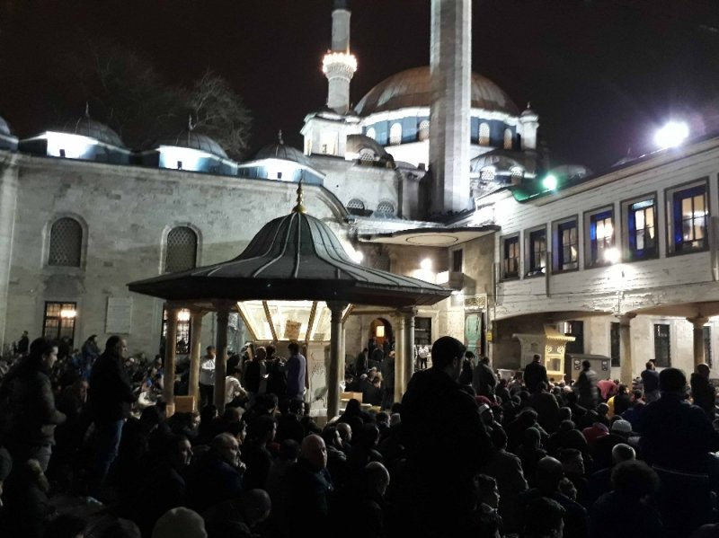 Miraç Kandili'nde vatandaşlar Eyüpsultan Camii'ne akın etti