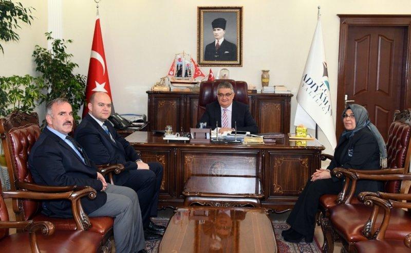 Vali Aykut Pekmez'den emekliye ayrılan Suzan Beket'e teşekkür plaketi