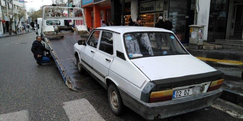 Yaya geçidine park edilen araçlar polisten kaçamıyor
