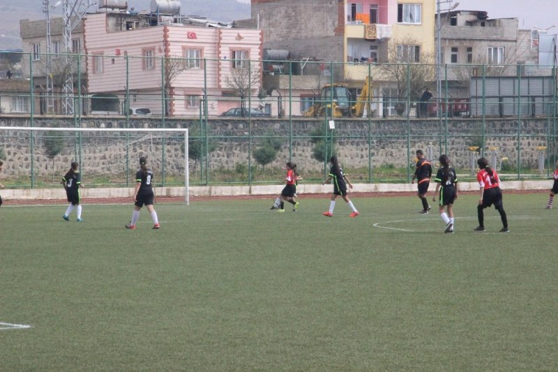 Okul sporları futbol yıldızları grup müsabakaları başladı