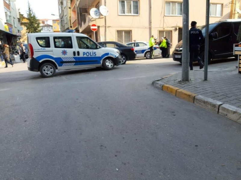Ters yoldan gelen araç polis otosuna çarptı