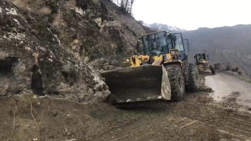 Siirt'te dağdan kopan dev kaya parçası yolu ulaşıma kapattı