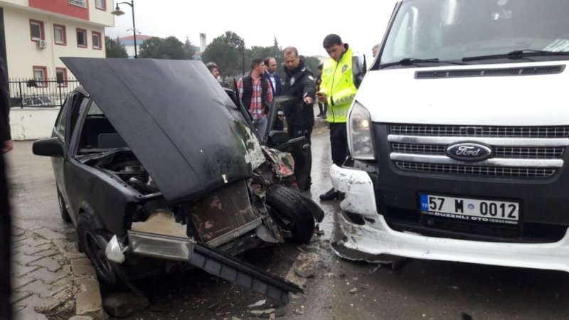 Sinop'ta okul servisi ile otomobil çarpıştı: 2 yaralı
