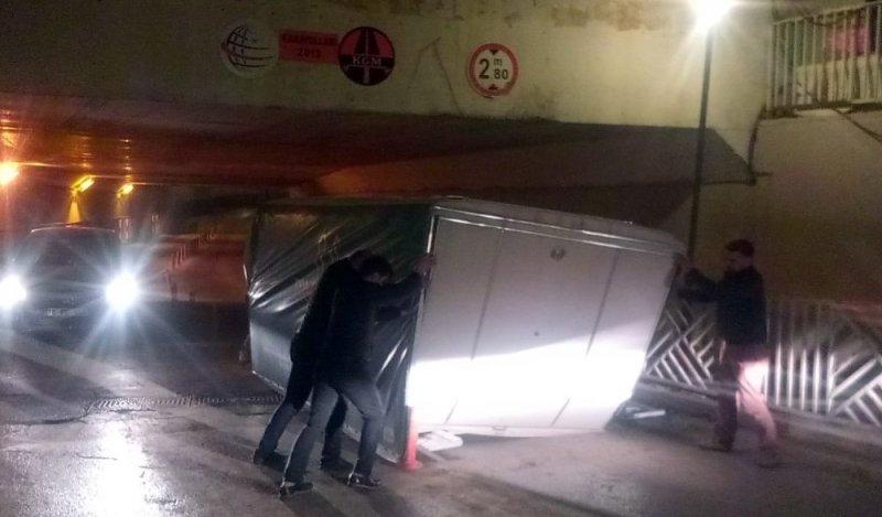 Alt geçide takılan kamyonetin kasası yolu kapattı
