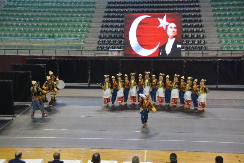 Halk oyunlarının yıldızları Denizli'de belirlendi