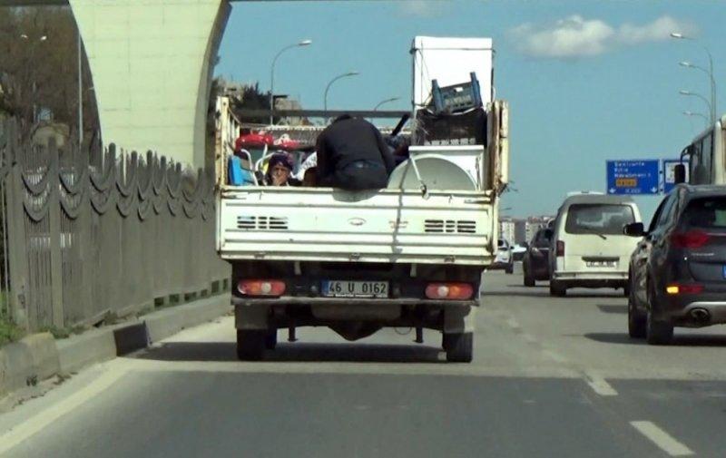 Kamyonette tehlikeli yolculuk