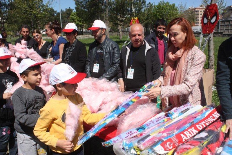 Diyarbakır'da uçurtma şenliğine 3 bin çocuk katıldı