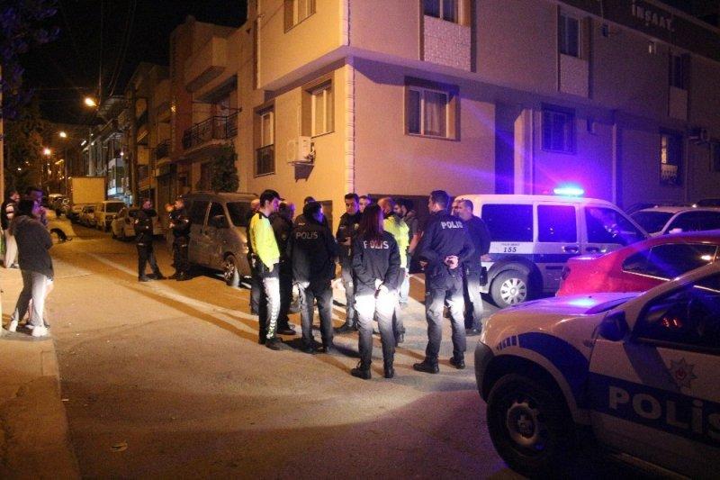 """İzmir'de polisin """"dur"""" ihtarına uymayan sürücü kovalamaca sonrasında yakalandı"""