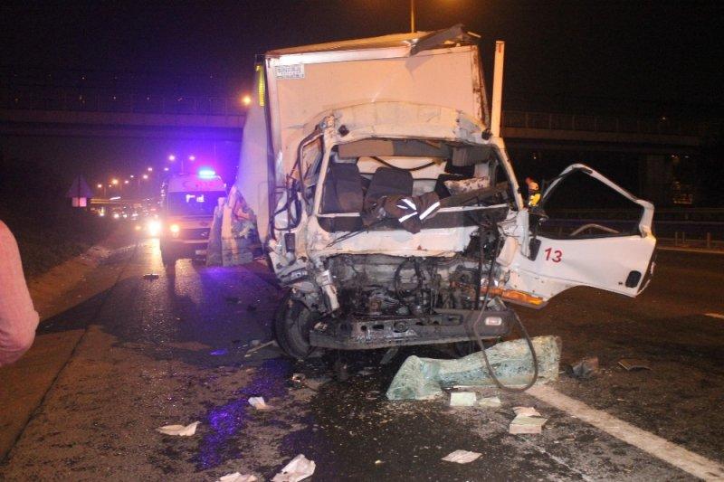 Kamyonet kamyona çarptı, TEM kilitlendi: 1 ağır yaralı