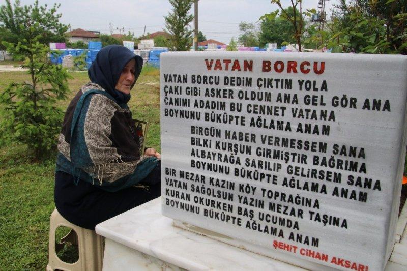 Şehit annesi 4 senedir oğlunun yazdığı şiiri okuyarak avunuyor