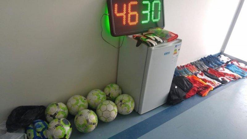 Futbol kulübünü soyan çocuklar maç yaparken yakalandı