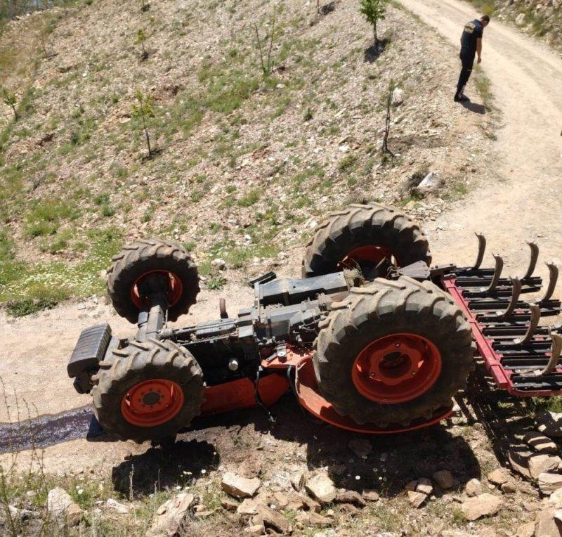 Devrilen traktörün altında kalan işçi öldü