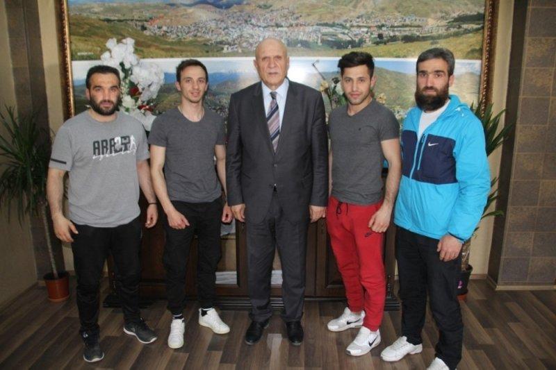Başkan Pekmezci başarılı sporcuları altınla ödüllendirdi