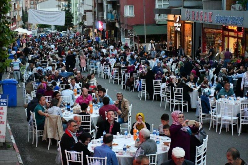 Başkan Vergili, Esentepe'de düzenlenen geleneksel mahalle iftarına katıldı