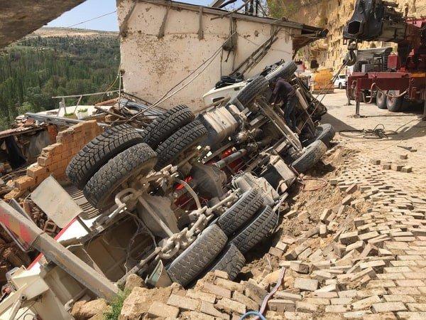 Yol çöktü, beton mikseri kullanılmayan evin üzerine devrildi