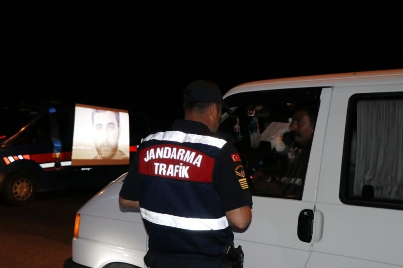 Jandarmanın sinevizyonlu yol uygulaması vatandaşın takdirini topladı