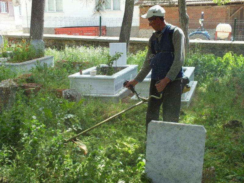 Pazaryeri'nde ilçe mezarlığı temizleniyor