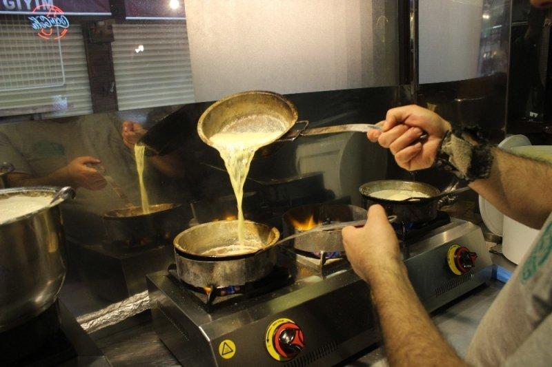 Tarihi lezzetle iftar açmak isteyen binlerce kişi oraya akın ediyor