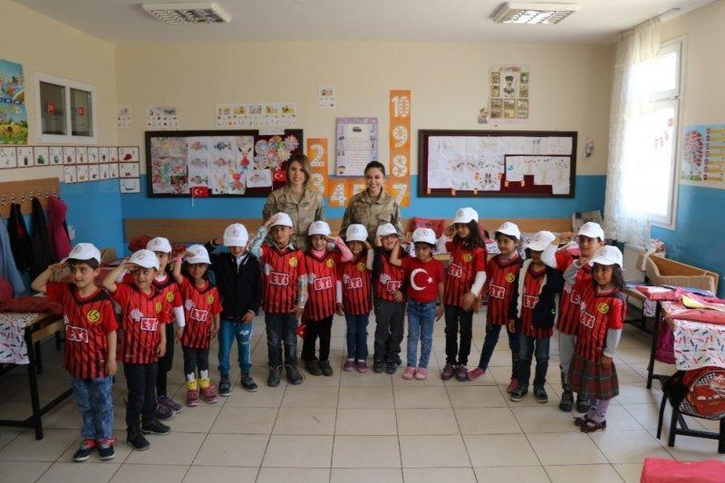Kadın askerlerden çocuklara ziyaret