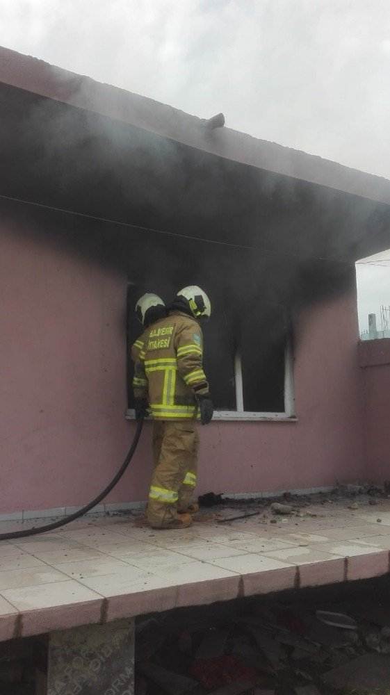 Burhaniye'de metruk bina yangınını itfaiye söndürdü