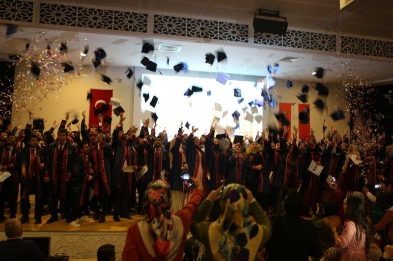 AÜ İlahiyat Fakültesinde mezuniyet sevinci