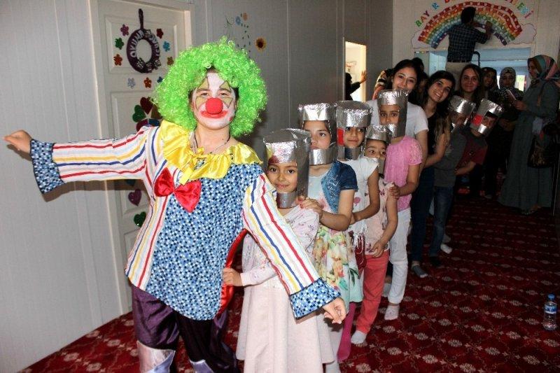 Üniversitelilerden Türkmen yetimlere drama eğitimi