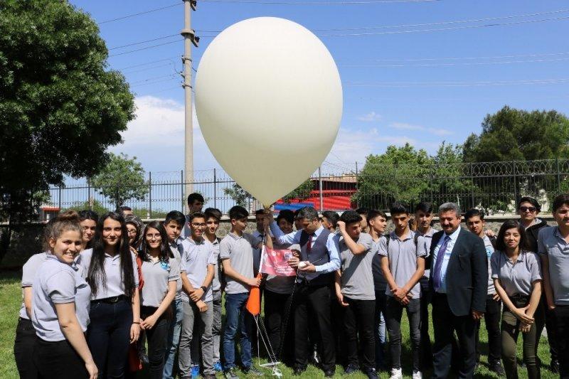 Diyarbakır'da meteoroloji balonu liseli öğrenciler tarafından uçuruldu
