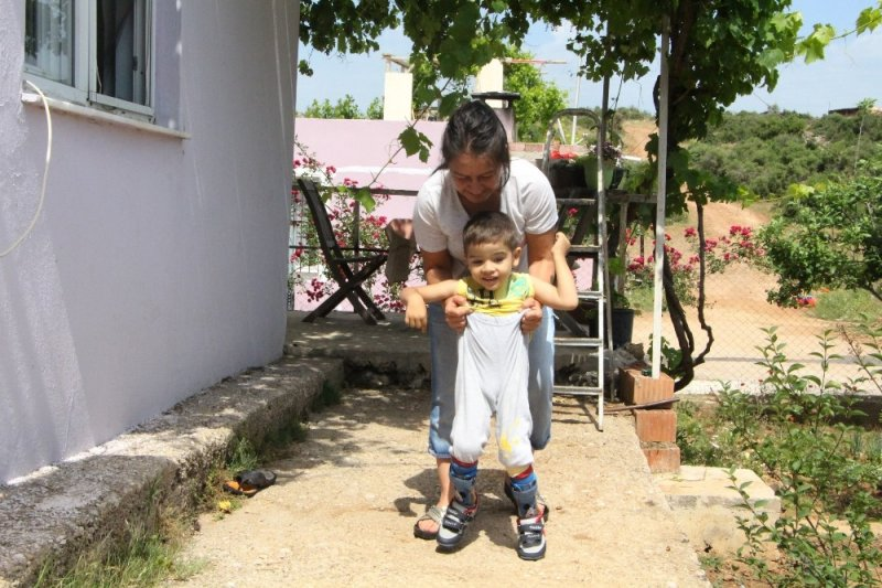 4 yaşındaki Halil Efe'nin tek hayali dışarıda yürüyüp, koşmak