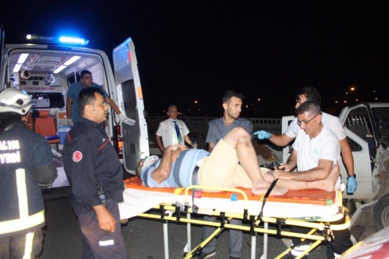 Tur otobüsü park halindeki kamyonete çarptı: 2 yaralı