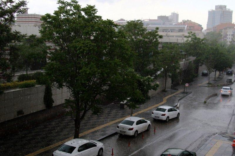 Başkentte dolu yağışı vatandaşlara zor anlar yaşattı