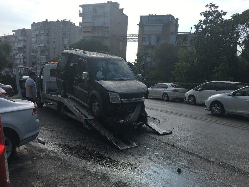 Sürücü direksiyon hakimiyetini kaybetti, karşı şeritteki araçla çarpıştı: 4 yaralı
