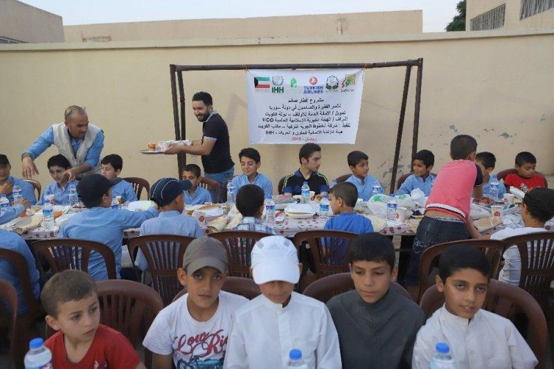 Suriye'de bin kişiye iftar yemeği