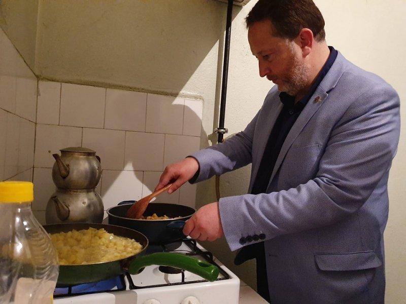 Başkan Orkan gençlere sahur yemeği yaptı