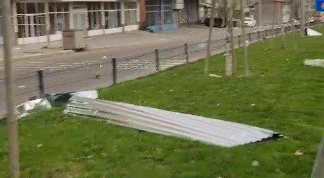 Erzurum'da fırtına çatıları uçurdu