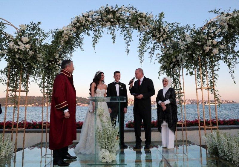 Cumhurbaşkanı Erdoğan, futbolcu Mesut Özil'in nikah şahidi oldu