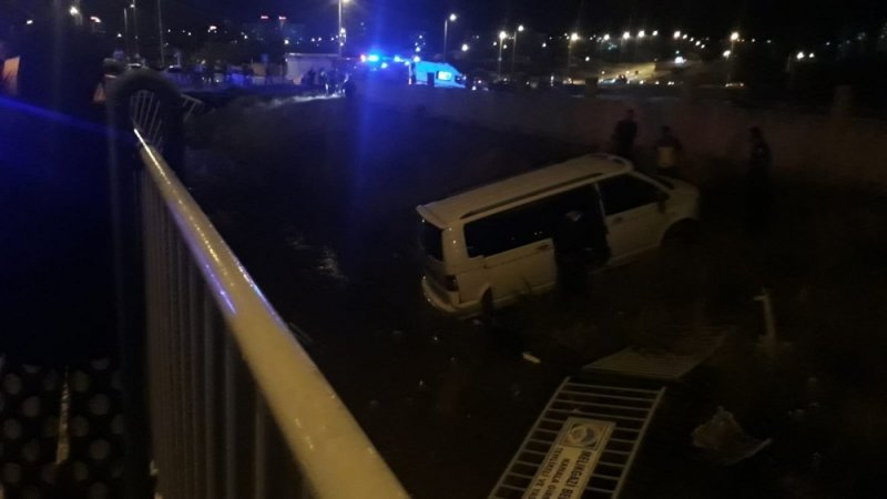 Minibüs kanala uçtu: 7 yaralı