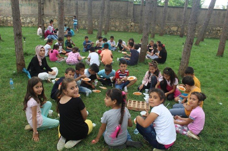 Öğrenciler piknik yaparak streslerini attı