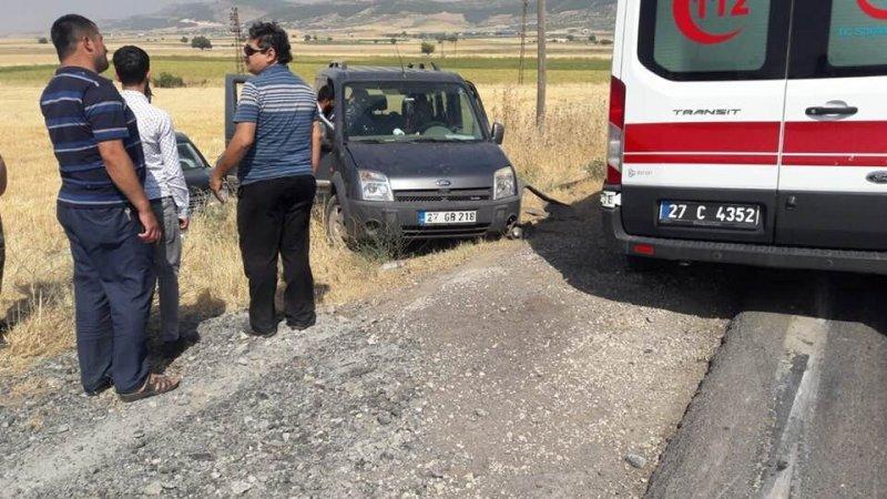 Çarpışan araçlar buğday tarlasına girdi: 2 yaralı