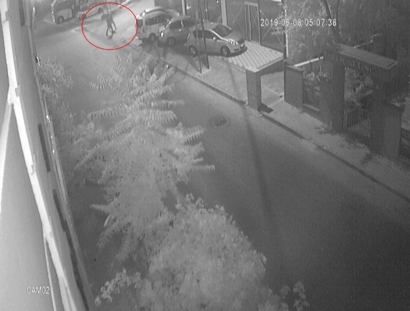 Hırsızların aracı geri geri iterek çaldığı anlar kamerada