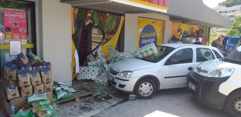 Vitesi karıştırdı markete daldı: 2 yaralı