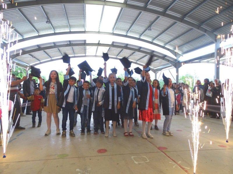 İlkokulda mezuniyet töreni