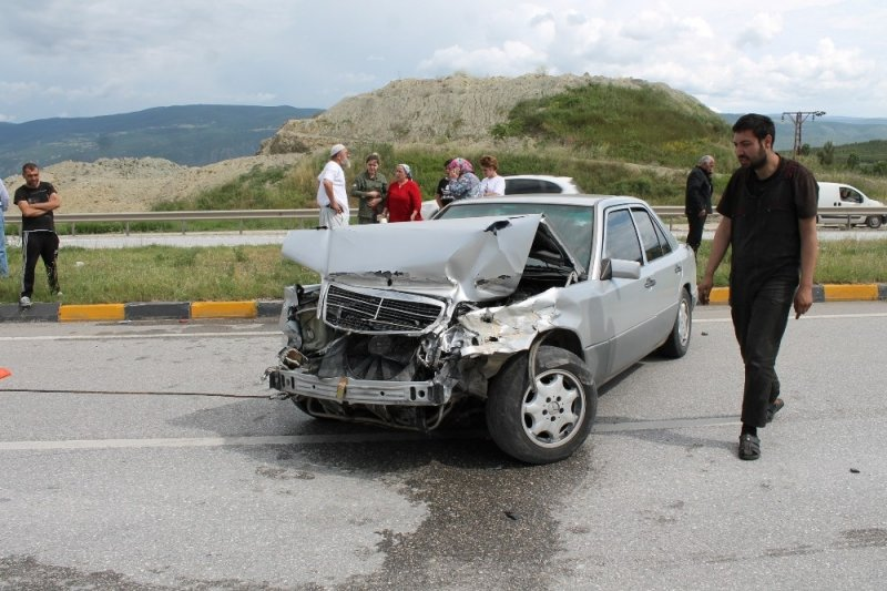 Tosya D100 Karayolunda Kaza Ucuz Atlatıldı