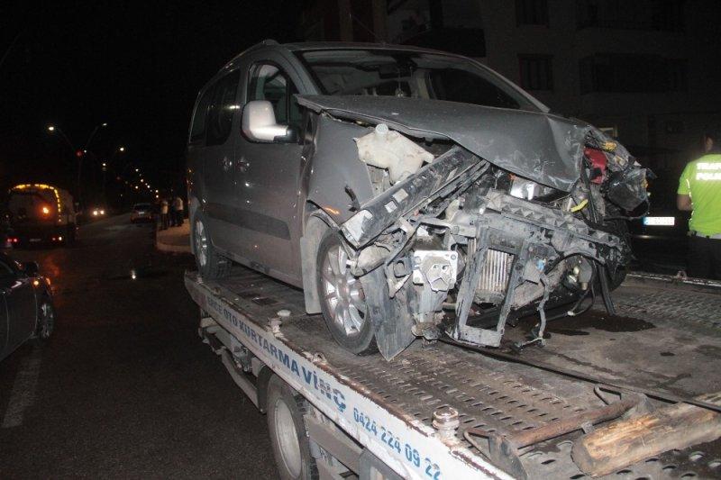 Minibüsle, hafif ticari araç çarpıştı: 3 yaralı
