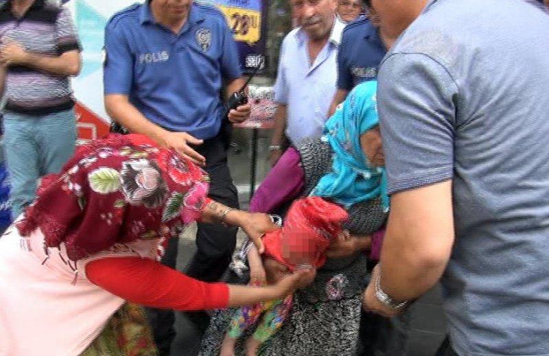 """Kucağında bebekle polise yakalanan kadın dilenciden """"Bebeği yere çarparım"""" tehdidi"""