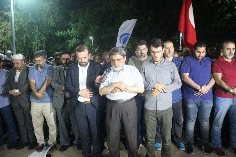 Beşiktaş'taki Mısır konsolosluğu önünde Mursi için gıyabi cenaze namazı