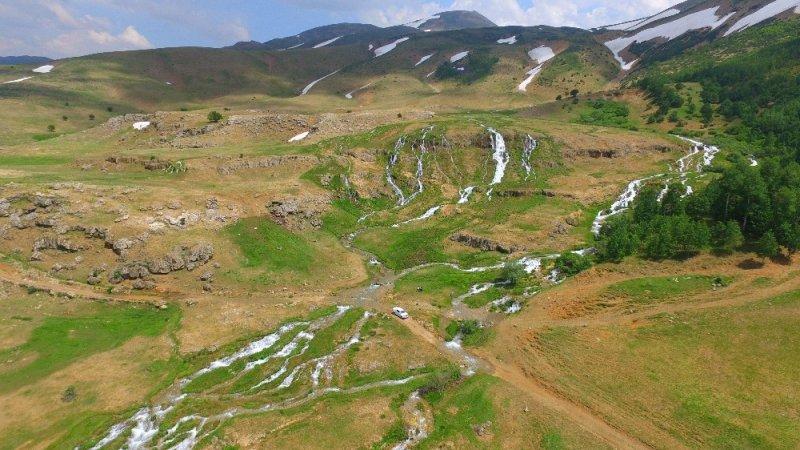Erzincan'da Konarlı Şelalesi doğal güzelliğiyle büyülüyor