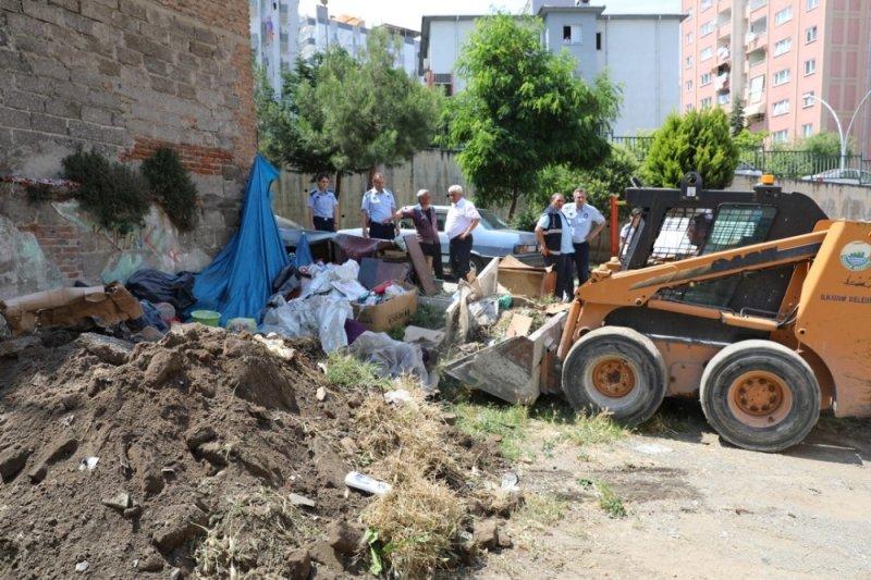 Gelen şikayeti değerlendiren zabıta ekipleri çöp evi temizletti
